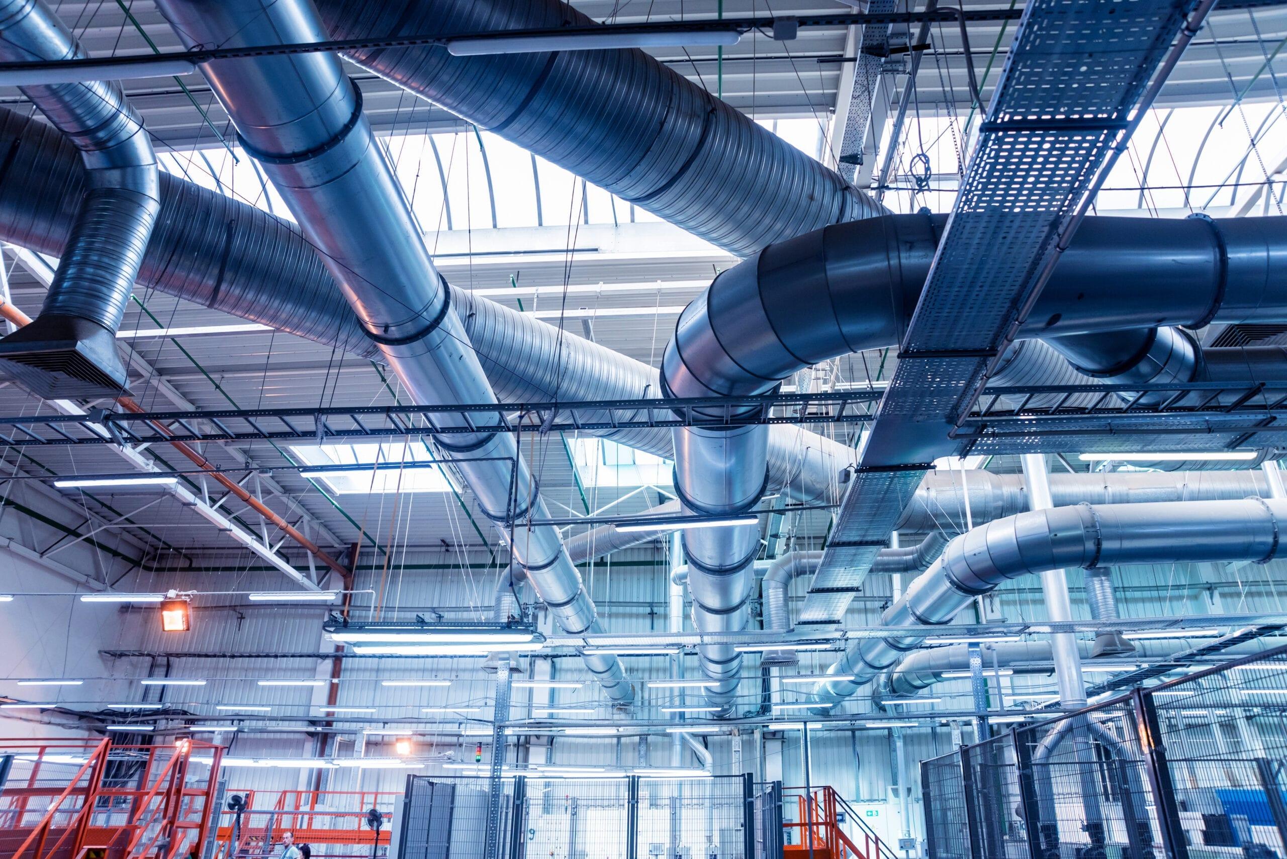 Unità di trattamento per ambienti industriali con tubi aerei fissati a soffitto