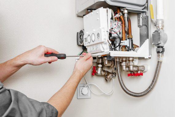 Operatore nell'attività di manutenzione della caldai per riscaldamento e acqua calda