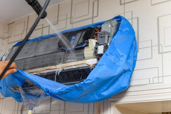 Operatore esegue la sanificazione di un climatizzatore